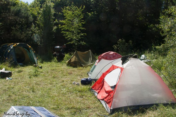 палатки, мотоциклы