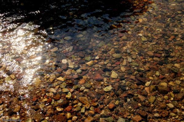 галька, блики солнца на воде