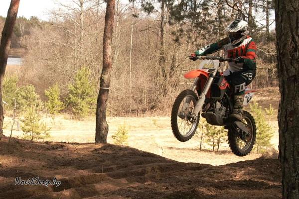 Прыжок на кроссовом мотоцикле в лес
