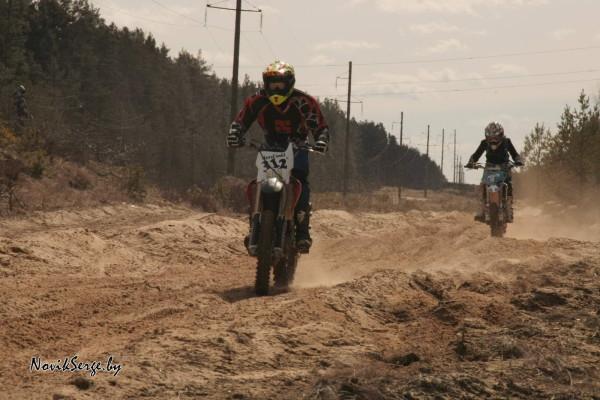 мотоциклы эндуро на песчаной прямой