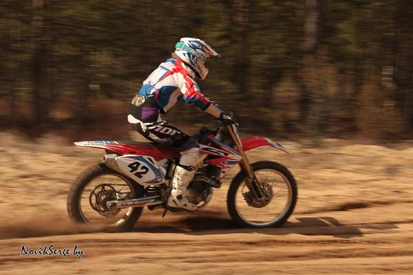 Движение по песку на мотоцикле
