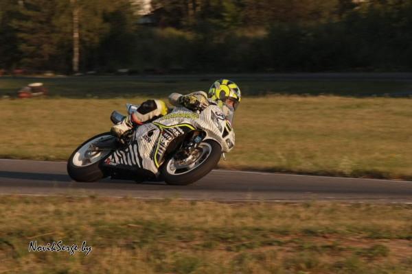 мотоцикл в повороте