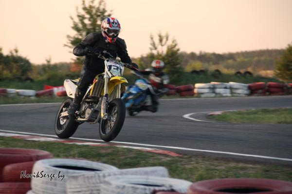 два мотоцикла на трассе