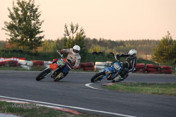 два мотоцикла в повороте