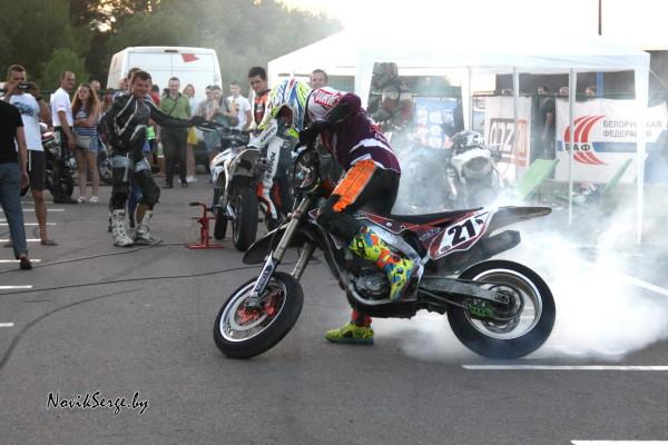 мотоцикл резина дым