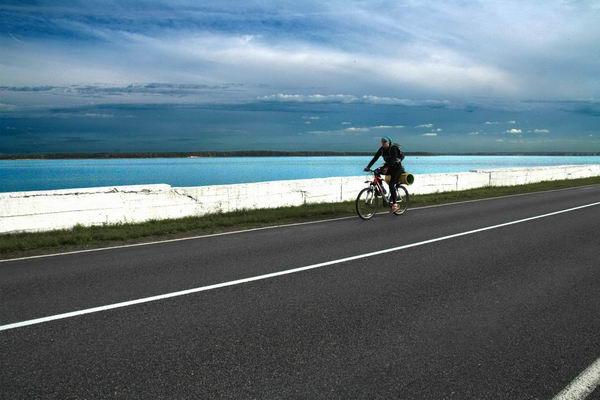 Море, водохранилище, вода, небо, шоссе, велосипедист