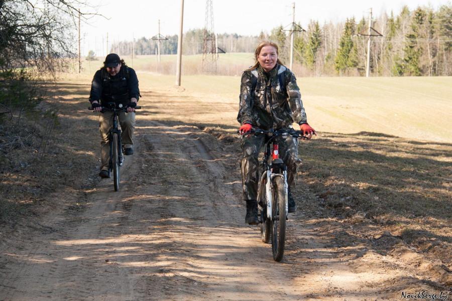 велосипедисты на полевой дороге